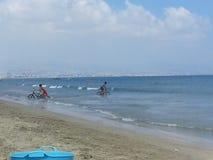 Fahrradfahrt im Meer Stockfoto