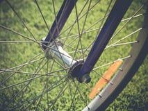 Fahrradfelge auf dem Sommer-grünes Gras-Wiesen-Gebiet Schließen Sie herauf Detail Lizenzfreies Stockfoto