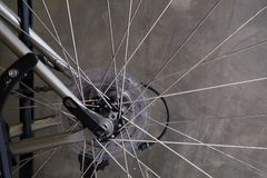 Fahrradfelge auf Zementwandhintergrund Lizenzfreie Stockbilder