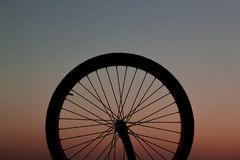 Fahrradfelge bei dem Sonnenuntergang lizenzfreie stockfotografie