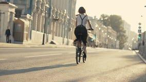 Fahrradfelgen nah reinigen oben Frauenfahrradstadt Frauenfahrradreiten stock video footage