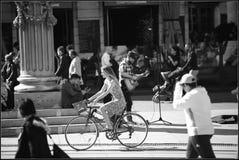 Fahrradfrau lizenzfreie stockbilder