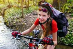 Fahrradfrauentraining Radfahrer mit Rucksack Lizenzfreie Stockfotos