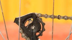 Fahrradkette dreht das hintere Kettenrad, Nahaufnahme stock footage