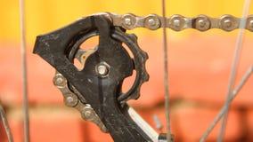 Fahrradkette dreht das hintere Kettenrad, Nahaufnahme stock video