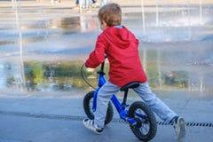 Fahrradkindersommer-Fahrradkind Radfahrer aktiv lizenzfreies stockfoto