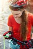 Fahrradkompaß in den Händen Radfahrer, welche nach Weise sucht Lizenzfreie Stockfotografie