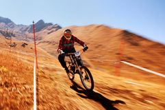 Fahrradkonkurrenz des Herbstes extreme Gebirgs Lizenzfreies Stockfoto