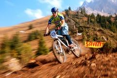 Fahrradkonkurrenz des Herbstes extreme Gebirgs Lizenzfreie Stockfotos