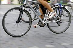 Fahrradmitfahrer auf der Straße Stockbild