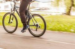 Fahrradmitfahrer auf der Straße Stockfotos
