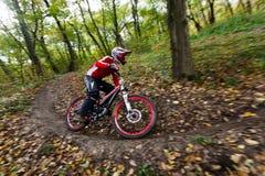 Fahrradmitfahrer an der abschüssigen Konkurrenz. Lizenzfreie Stockbilder