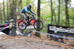 Fahrradmitfahrer an der abschüssigen Konkurrenz. Stockbild