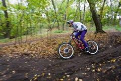 Fahrradmitfahrer an der abschüssigen Konkurrenz. Stockfotos