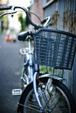 Fahrradpark an der Straße Lizenzfreie Stockfotos