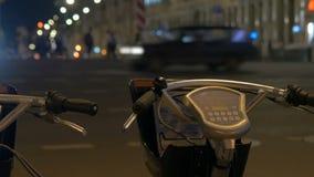 Fahrradparken, nahe bei der Straße stock footage