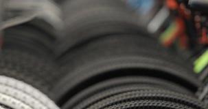 Fahrradräder schließen herauf das Drehen mit Fahrradrädern Hintergrund, Fahrradshop stock video footage
