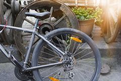 Fahrradrad lehnt sich am alten Rad lizenzfreie stockfotografie