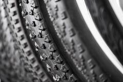 Fahrradreifen von verschiedenen Schutzen Stockfotos