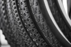 Fahrradreifen von verschiedenen Schutzen Stockfotografie