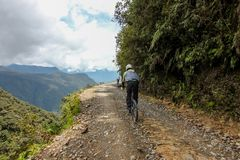 Fahrradreiter auf Straße Camino de la Muerte/Yungas stockfoto