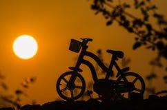 Fahrradschattenbild im Sonnenaufgang Lizenzfreie Stockbilder