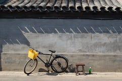 Fahrradschemel und Bierflasche stockfoto