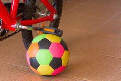 Fahrradstand mit Ball Lizenzfreies Stockbild