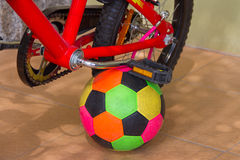Fahrradstand mit Ball Lizenzfreie Stockbilder