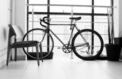 Fahrradstellung im Gebäude am Fenster stockfotos