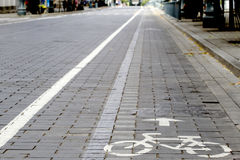 Fahrradstraße mit unterzeichnen herein die Stadt Stockbilder