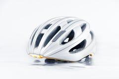 Fahrradsturzhelm lokalisiert auf Hintergrund Lizenzfreies Stockbild