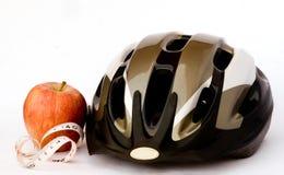 Fahrradsturzhelm und -apfel Lizenzfreie Stockfotos