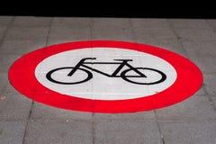 Fahrradsymbol auf grauem Asphalt Stockfotos