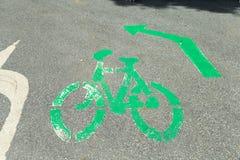 Fahrradsymbol und -pfeil auf der Straße Stockfoto