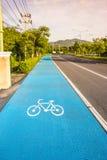 Fahrradsymbolweg auf der Straße Stockbilder