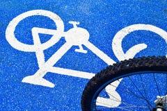 Fahrradsymbolweg auf der Stra?e stockfotos
