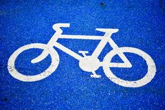 Fahrradsymbolweg auf der Stra?e stockbilder