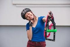 Fahrradverschluß Fahren Sie Verschluss in den Händen des Mädchens rad Radfahrenpark Lizenzfreie Stockbilder