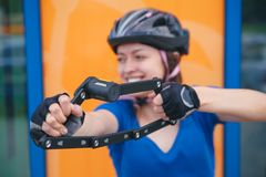 Fahrradverschluß Fahren Sie Verschluss in den Händen des Mädchens rad Radfahrenpark Stockbild