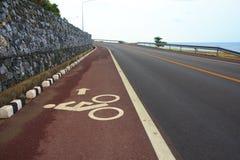 Fahrradweg auf uphill&downhill Straße mit Zeichen, Pfeil und Mrz Lizenzfreies Stockbild