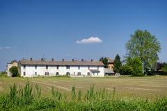Fahrradweg entlang dem Naviglio von Bereguardo Italien: Bauernhof Lizenzfreie Stockfotos