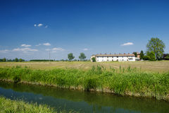 Fahrradweg entlang dem Naviglio von Bereguardo Italien: Bauernhof Stockfotografie