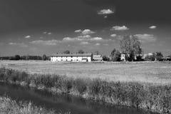 Fahrradweg entlang dem Naviglio von Bereguardo Italien: Bauernhof Lizenzfreies Stockbild