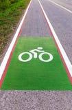Fahrradweg neben der Straße Stockbilder