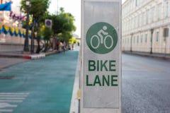 Fahrradweg neben Straße in der Stadt Stockbild