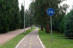 Fahrradweg- und -fahrradzeichen stockbild