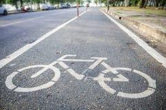 Fahrradwegzeichen auf der Straße Stockfotos
