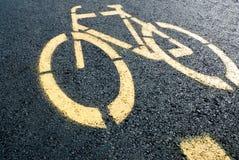 Fahrradwegzeichen auf Straße Stockbild