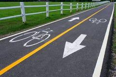 Fahrradzeichen auf der Fahrradweise Stockbild